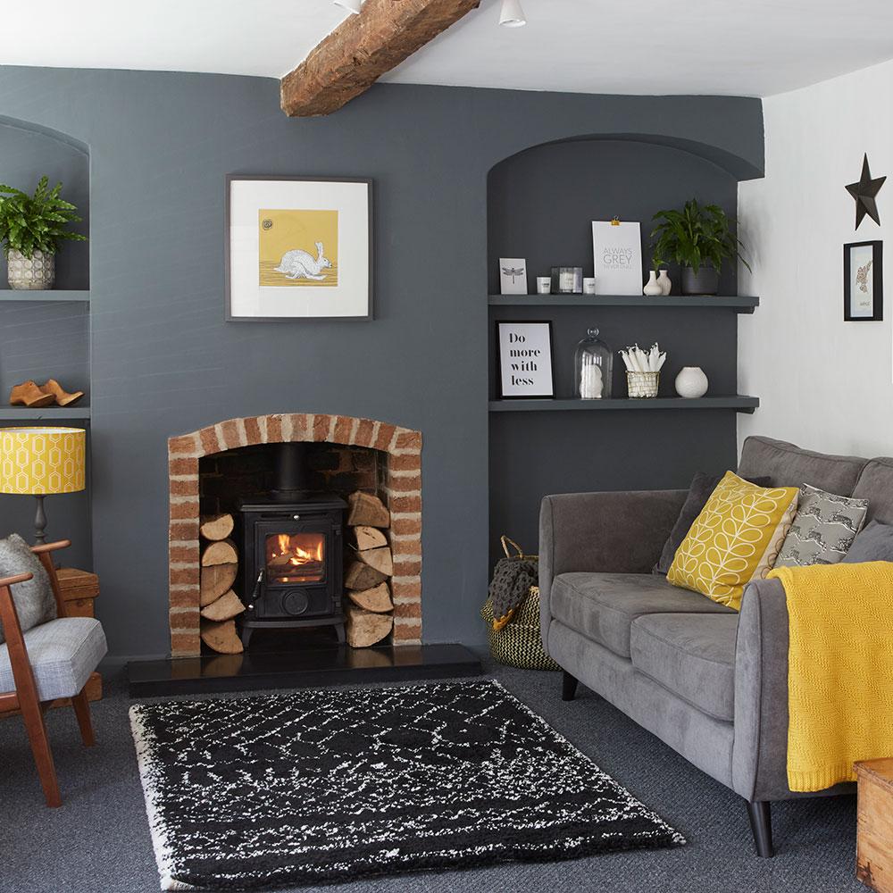 Avslappnat grått och gult vardagsrum