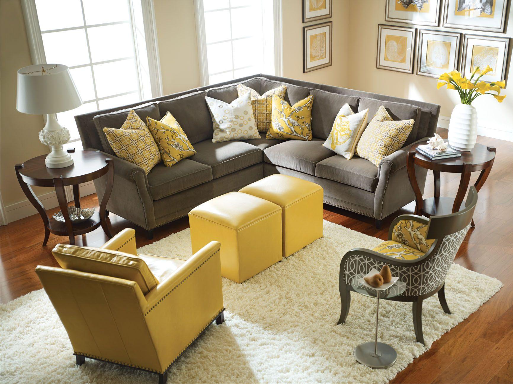 Graciös grått och gult vardagsrum