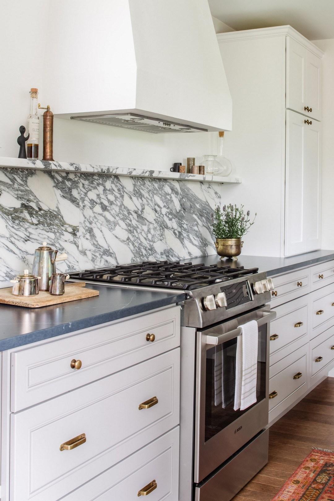 Abstrakt backsplash i marmorkök