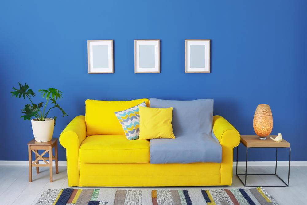 Prickigt blått vardagsrum