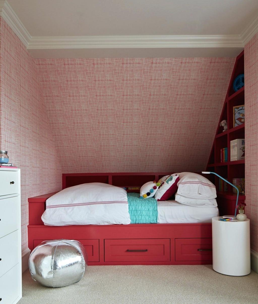 Trevligt rött sovrum