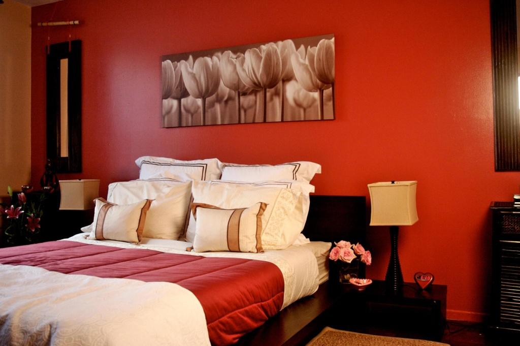 Elegant rött sovrum