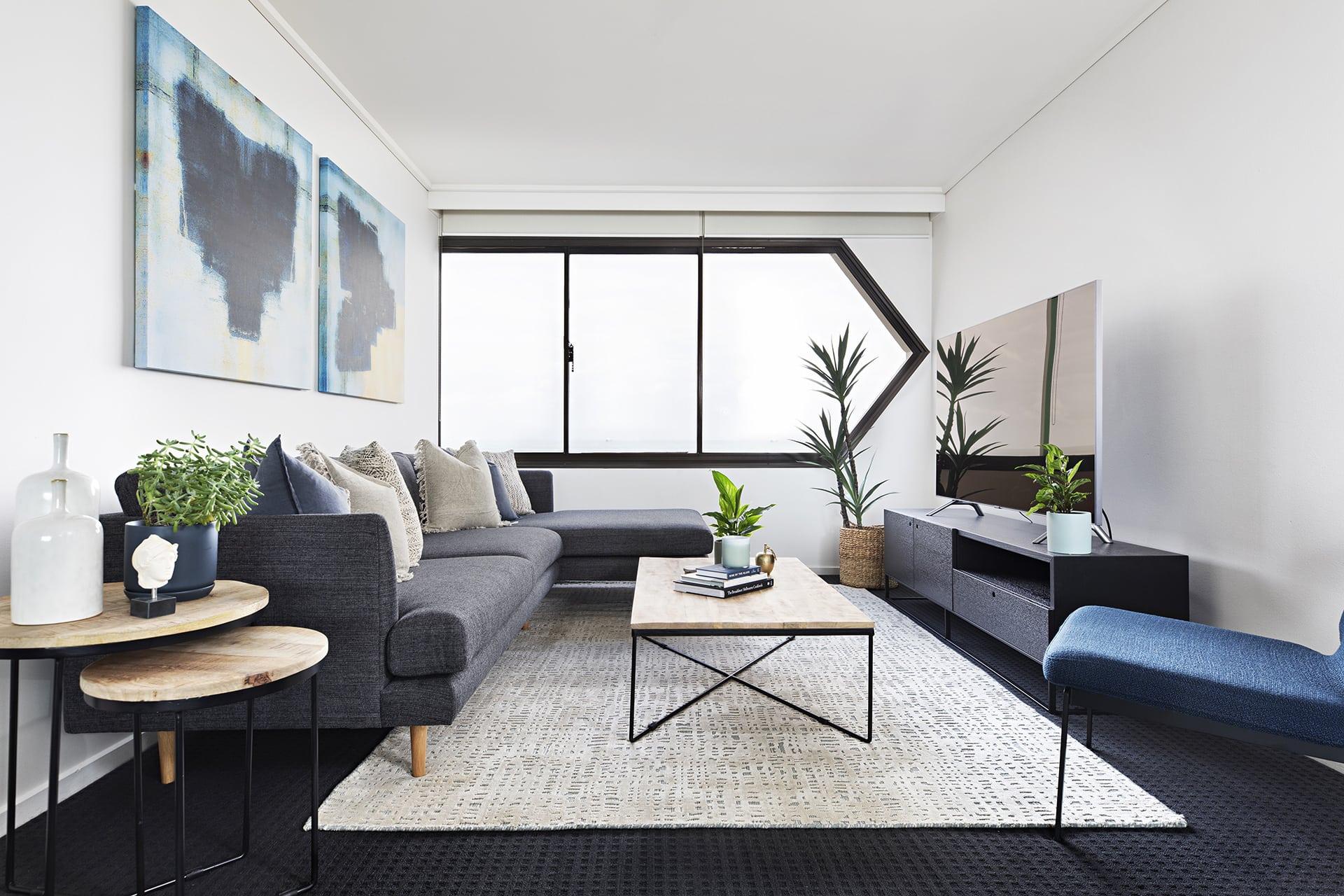 Friskt, minimalistiskt grått och blått vardagsrum