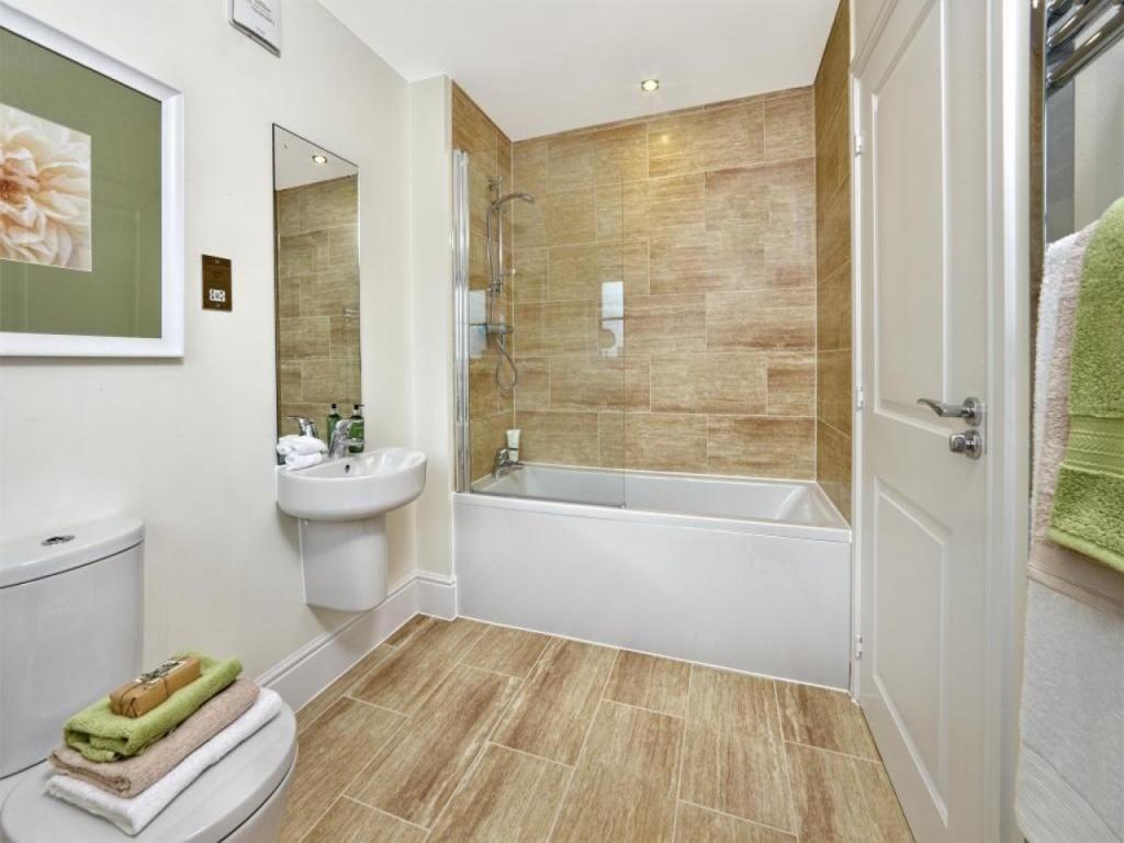 Bekvämt beige badrum