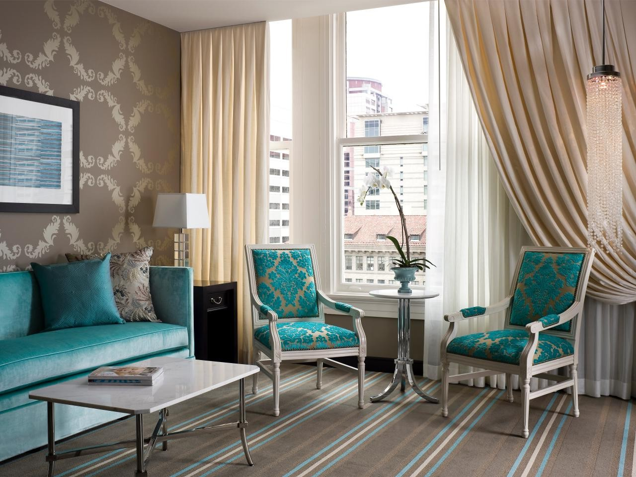 Elegant vardagsrum med turkosa accentstolar