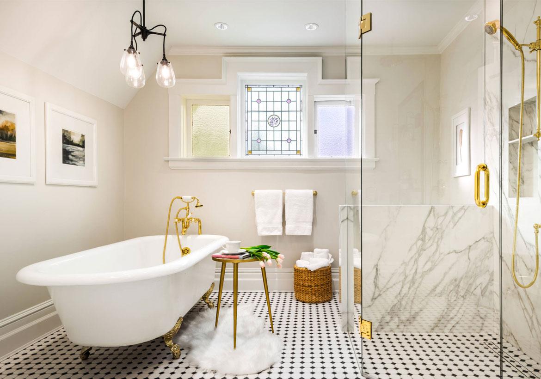 Underbart badrum i vitt och guld