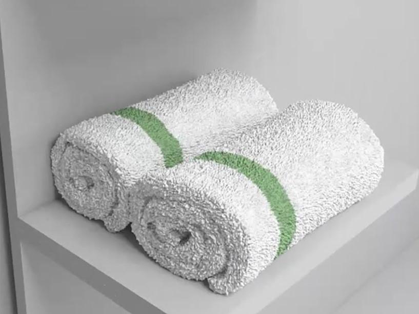 Roliga handdukar i badrumsskåpet