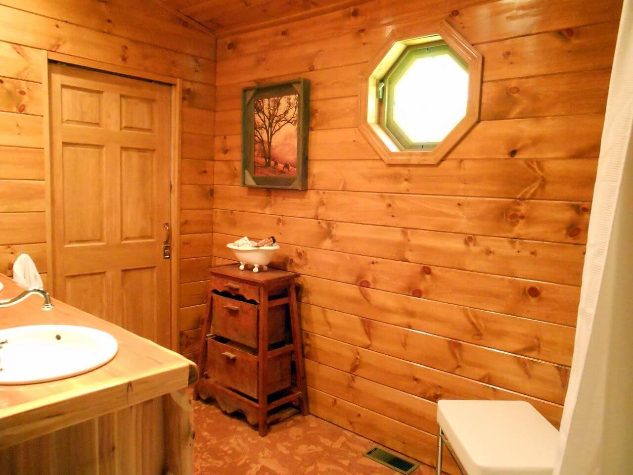 Trevligt jordfärgat badrum