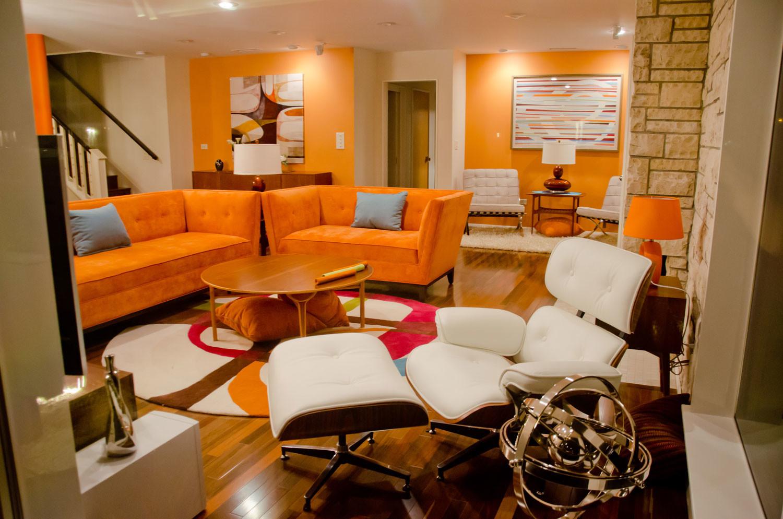 Modernt orange vardagsrum