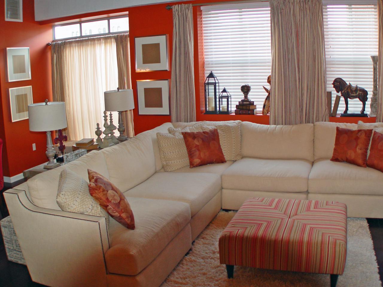 Konstnärligt orange vardagsrum