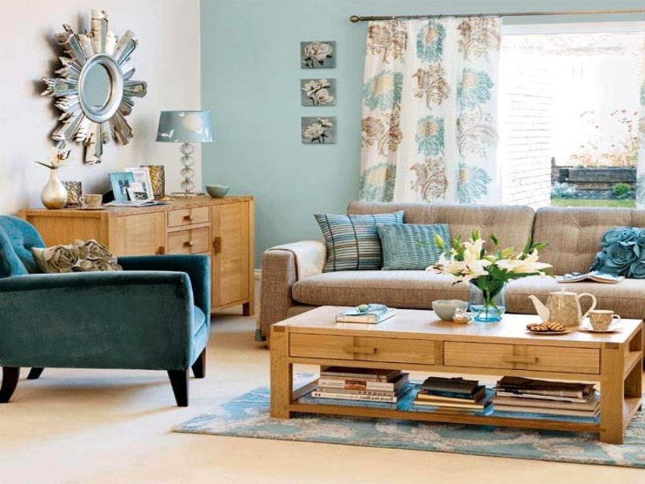 Trevligt blått och brunt vardagsrum