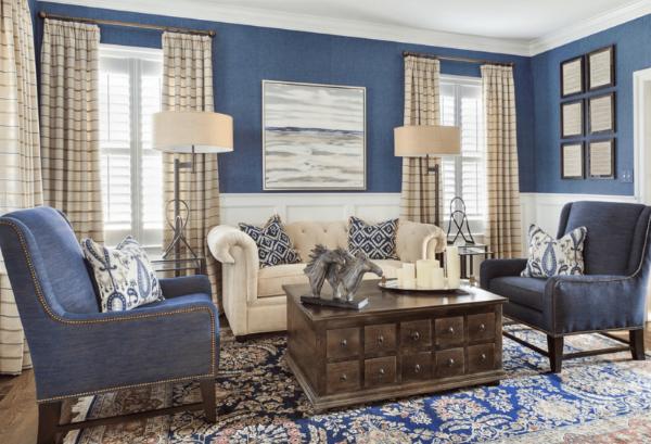 Attraktivt blått och brunt vardagsrum