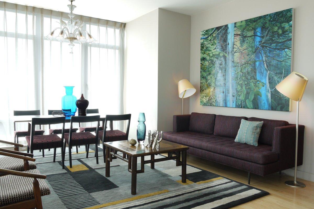 Kombinerat minimalistiskt rum i blått och brunt