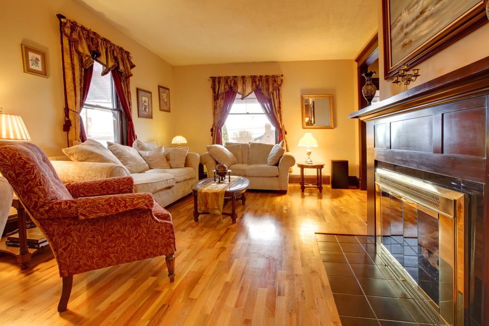 Polerade möbler som en ljuskälla i vardagsrummet