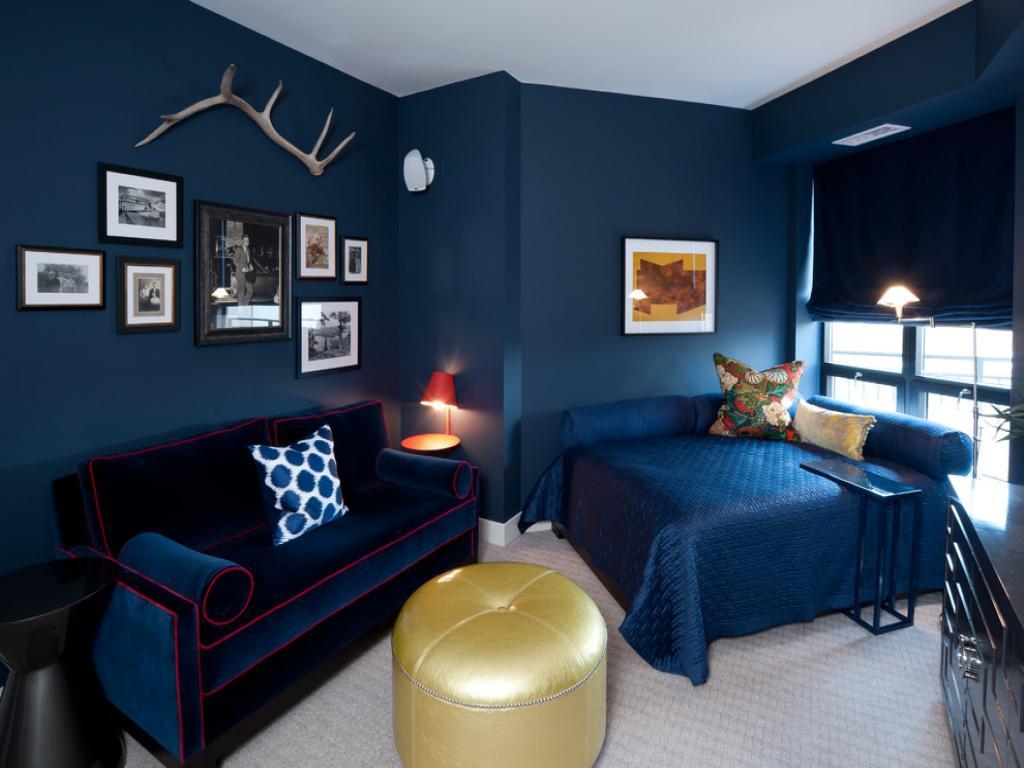 Djärvt mörkblått sovrum