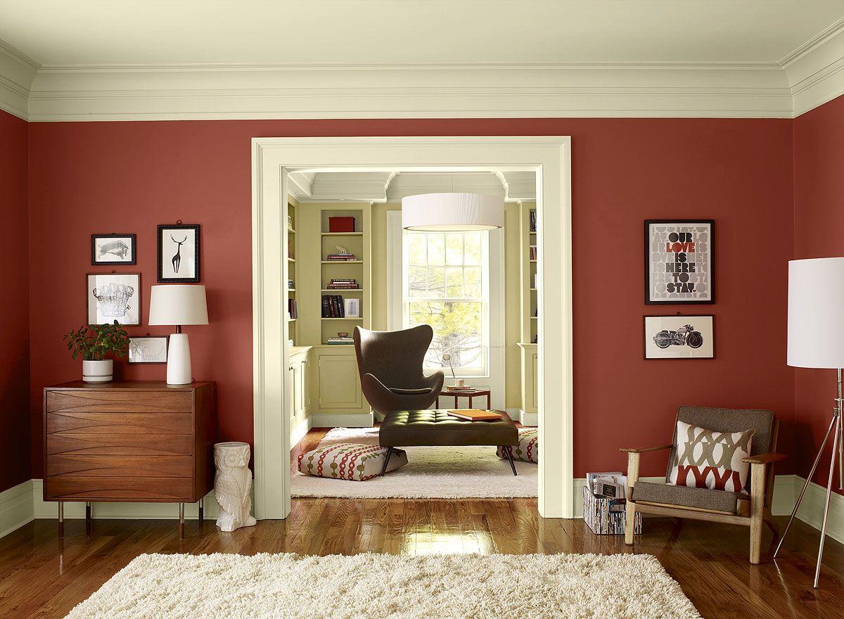 Mörkt trägolv i ett rött vardagsrum