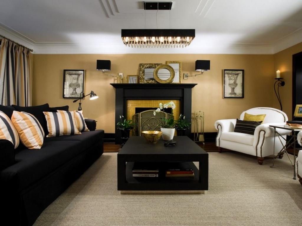 Lyxig öppen spis i det svarta och guld vardagsrummet