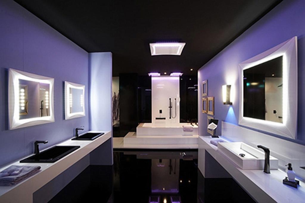 Futuristiskt lila badrum