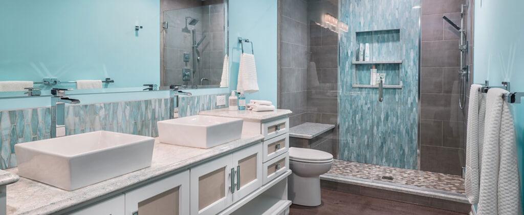 Exceptionellt blågrönt badrum