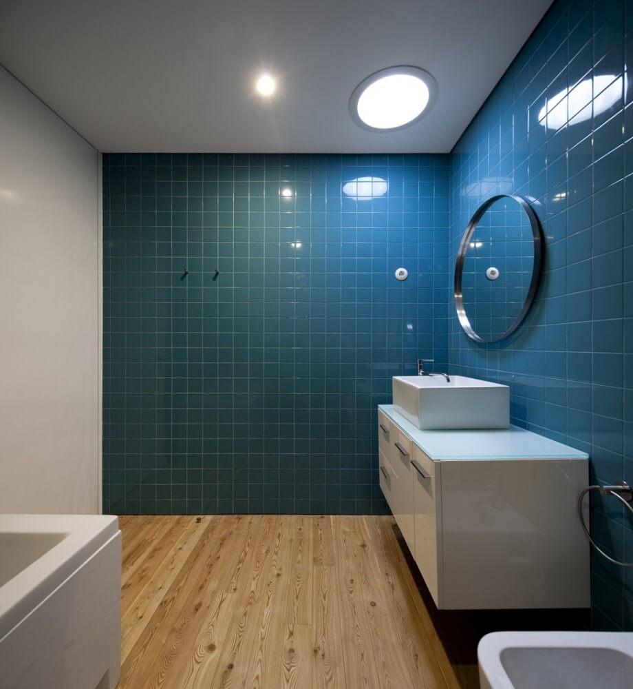 Minimalistiskt blågrönt badrum