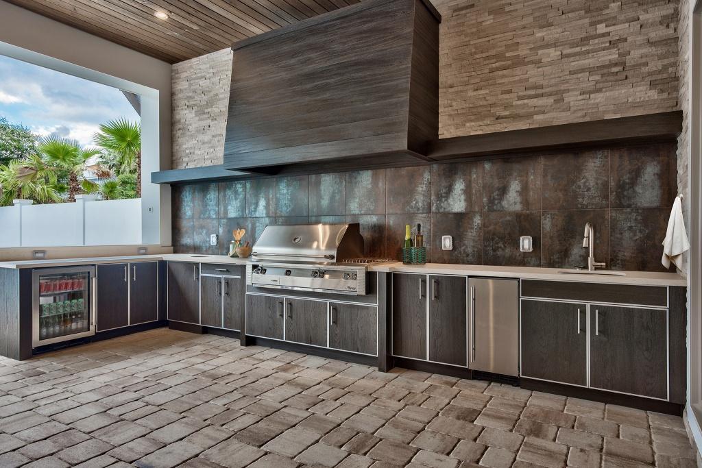 Utomhus kök med modern skåp