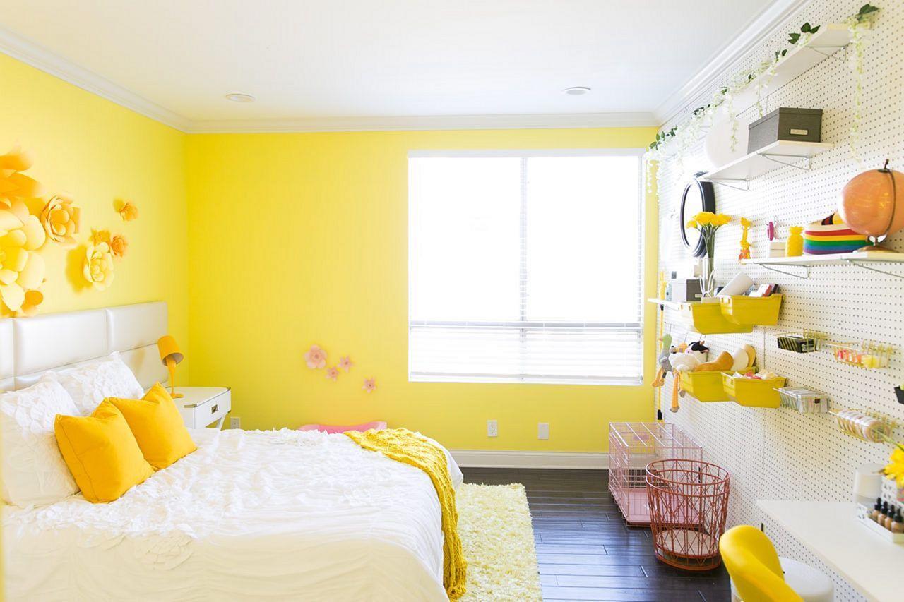 Soligt gult sovrum