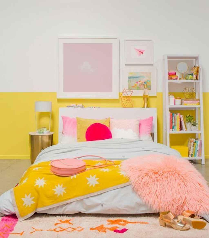Färgglatt gult sovrum