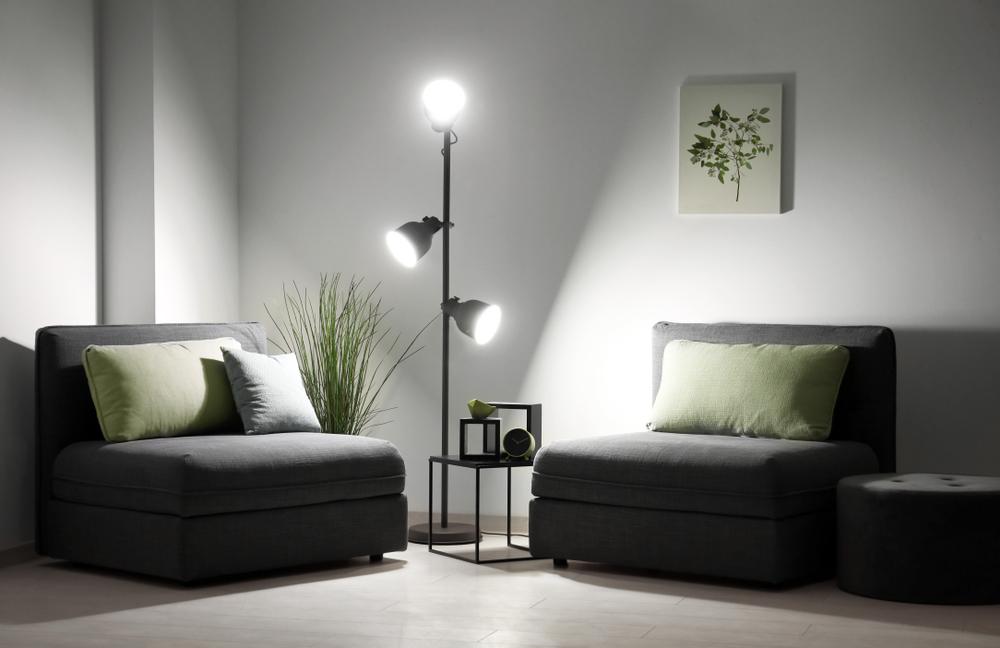 Vardagsrum med stora glödlampor som stativbelysning
