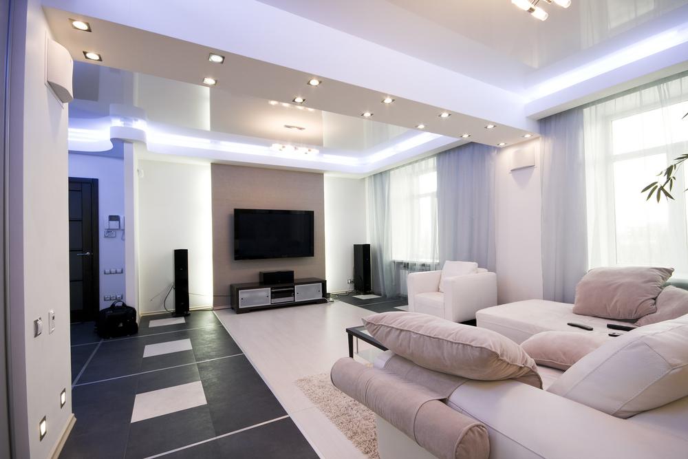 Vardagsrum med välordnade inbyggda lampor
