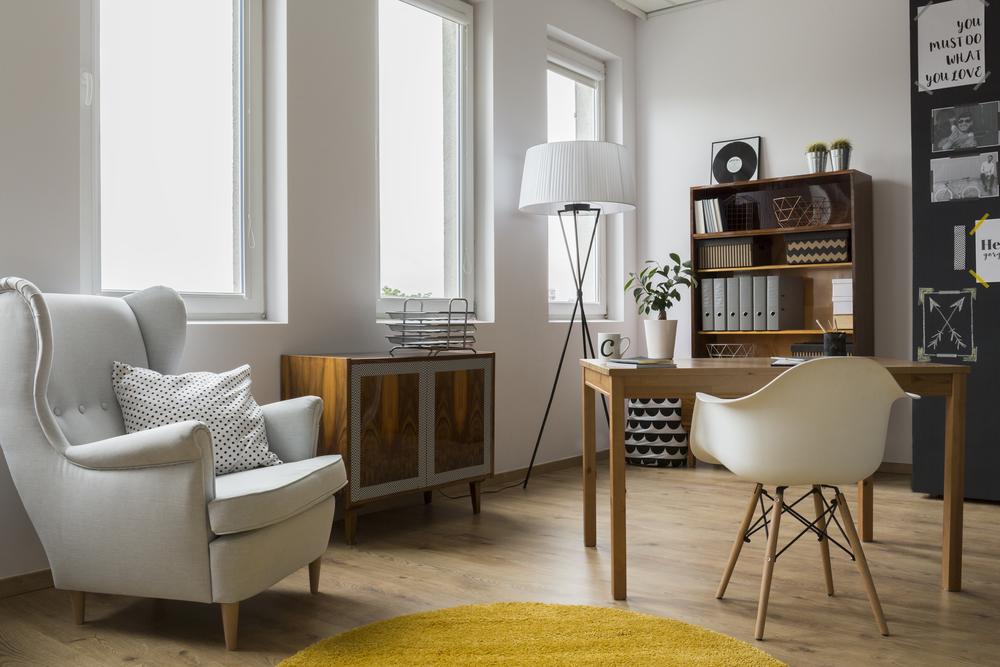 Vardagsrum med en stor golvlampa