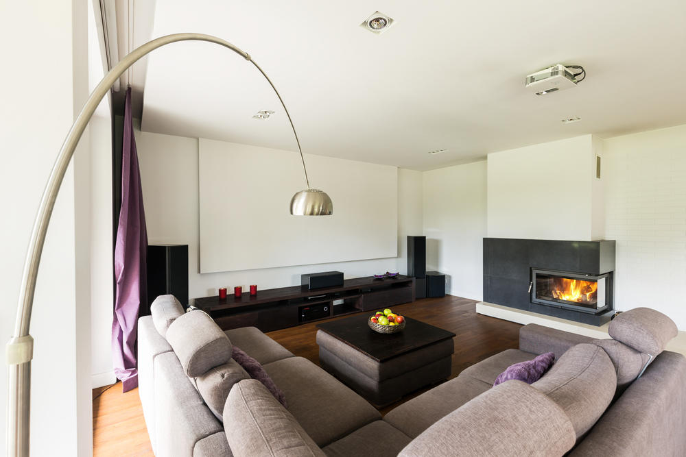 Vardagsrum med dinglande lampa