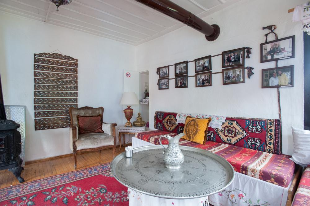 Vintage vardagsrum med antika skärmar