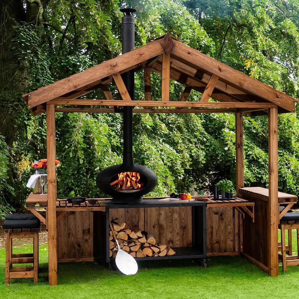 Snygg koja som ett träkök utomhus