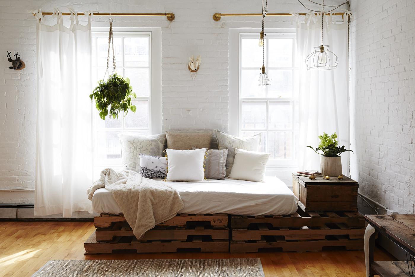 Återvunna möbler i det billiga vardagsrummet.  Källa: Lonny.com