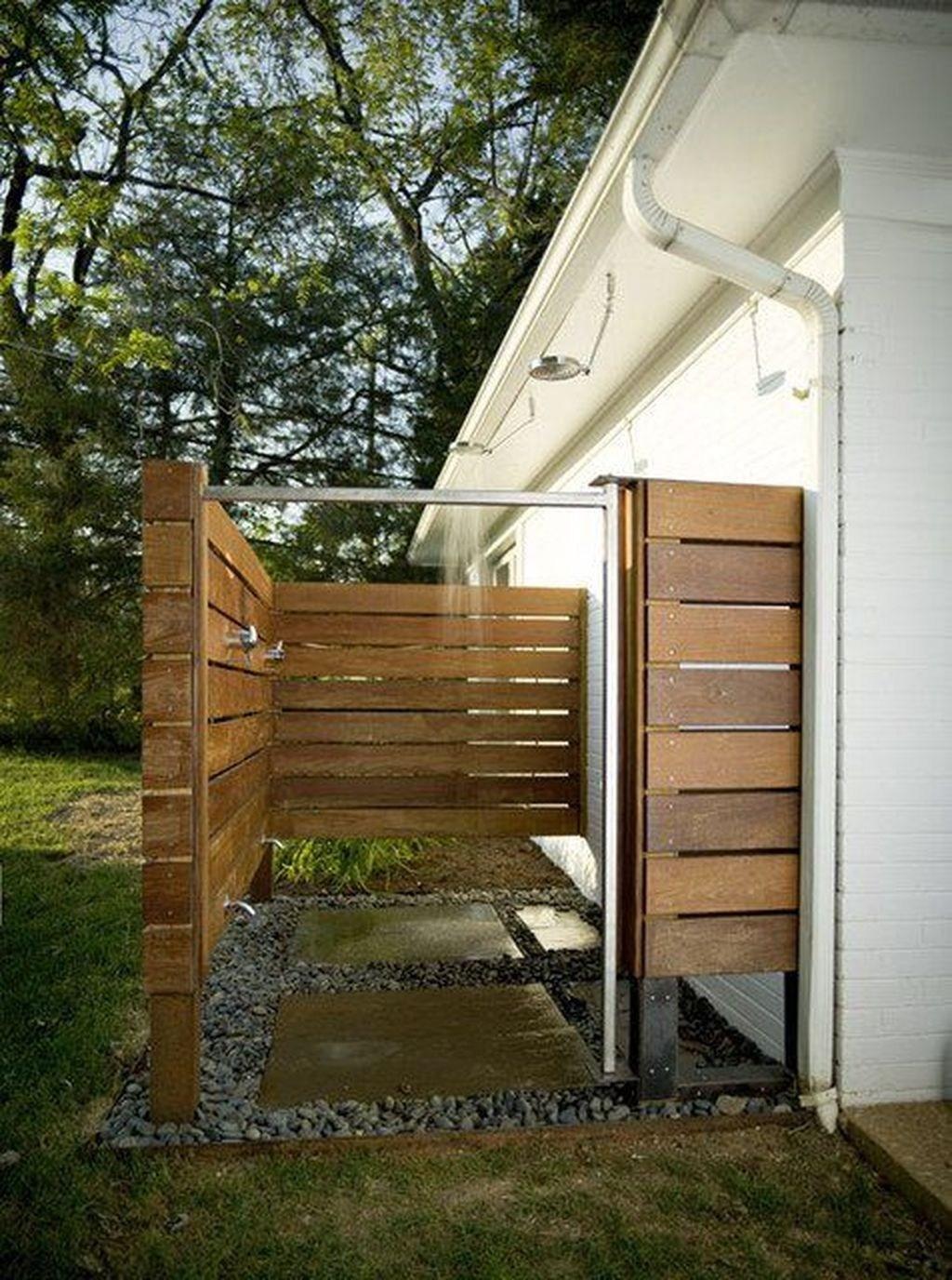 Enkelt utomhusbadrum