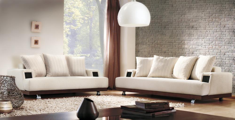 Vitt och brunt vardagsrum