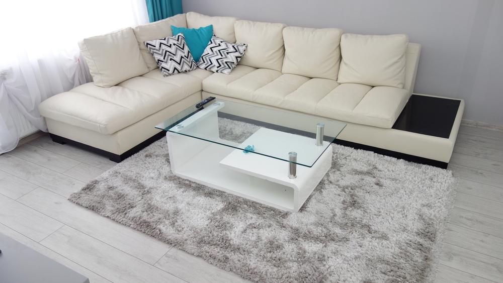 Minimalistiskt vitt vardagsrum