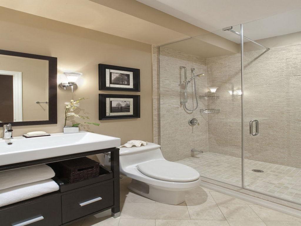 Intressant beige badrum