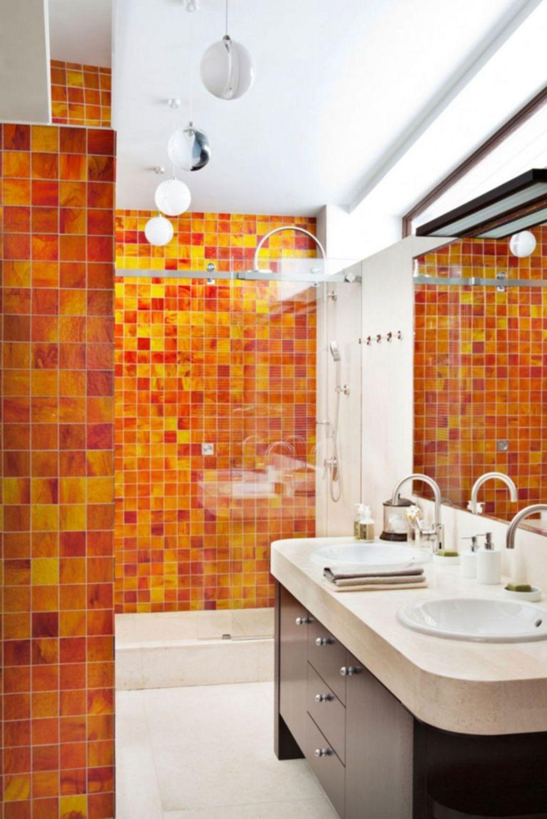 Dynamiskt orange badrum