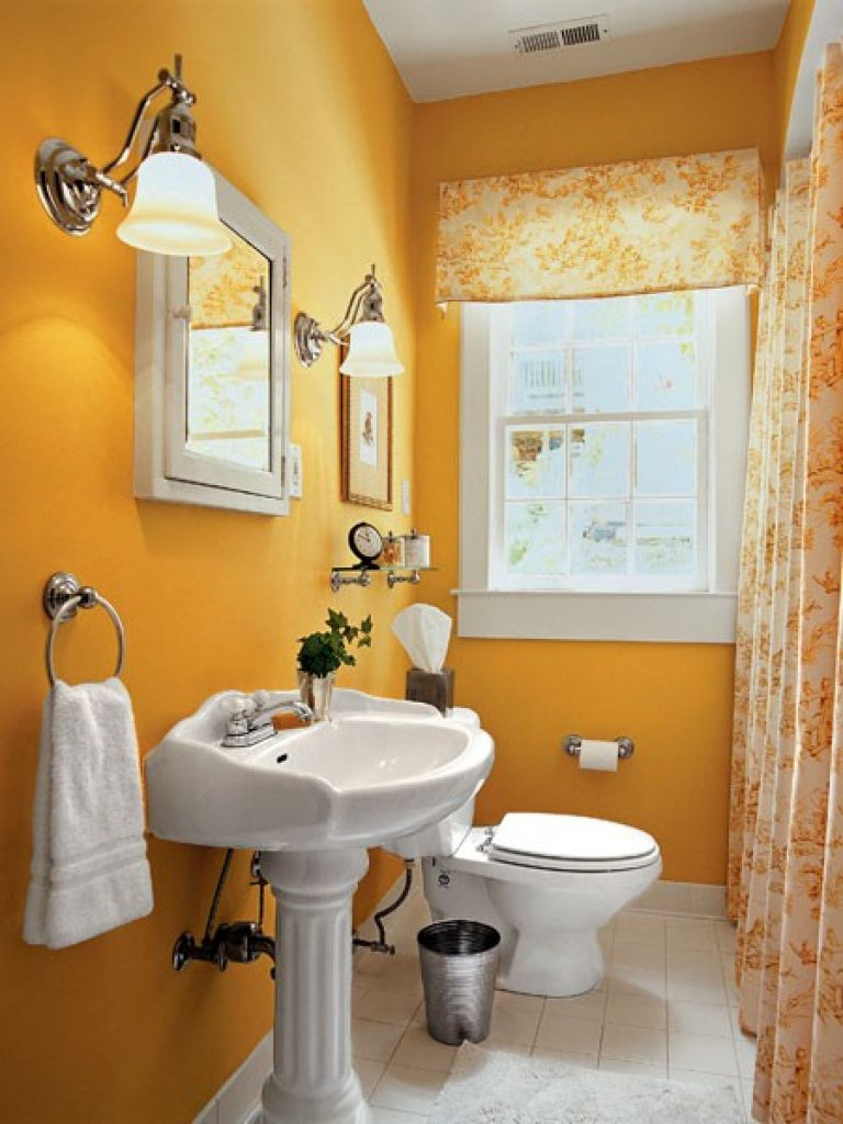 Charmigt orange badrum
