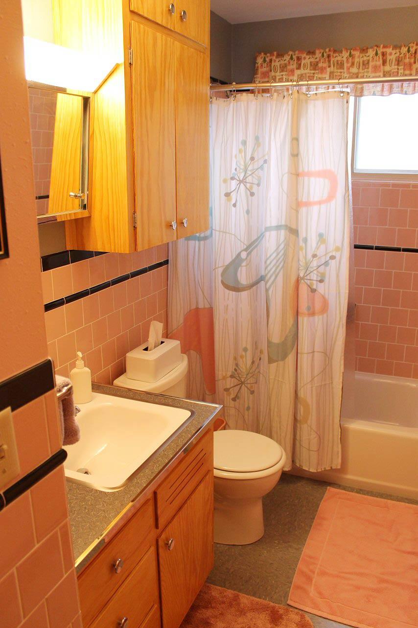 Ljus orange badrum