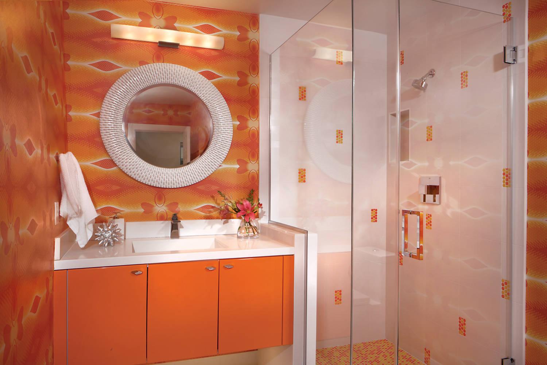Attraktivt orange badrum