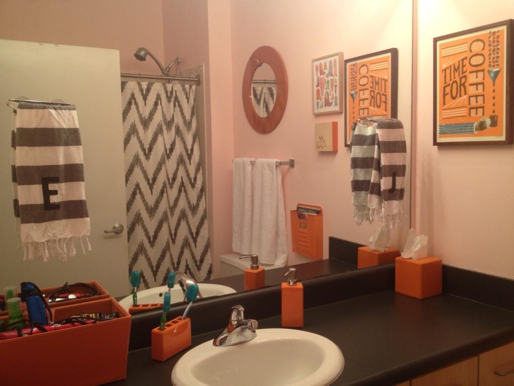 Trevligt orange badrum