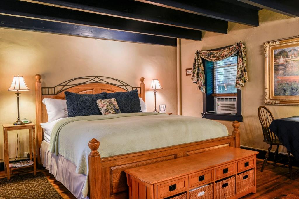 Klassiskt beige sovrum