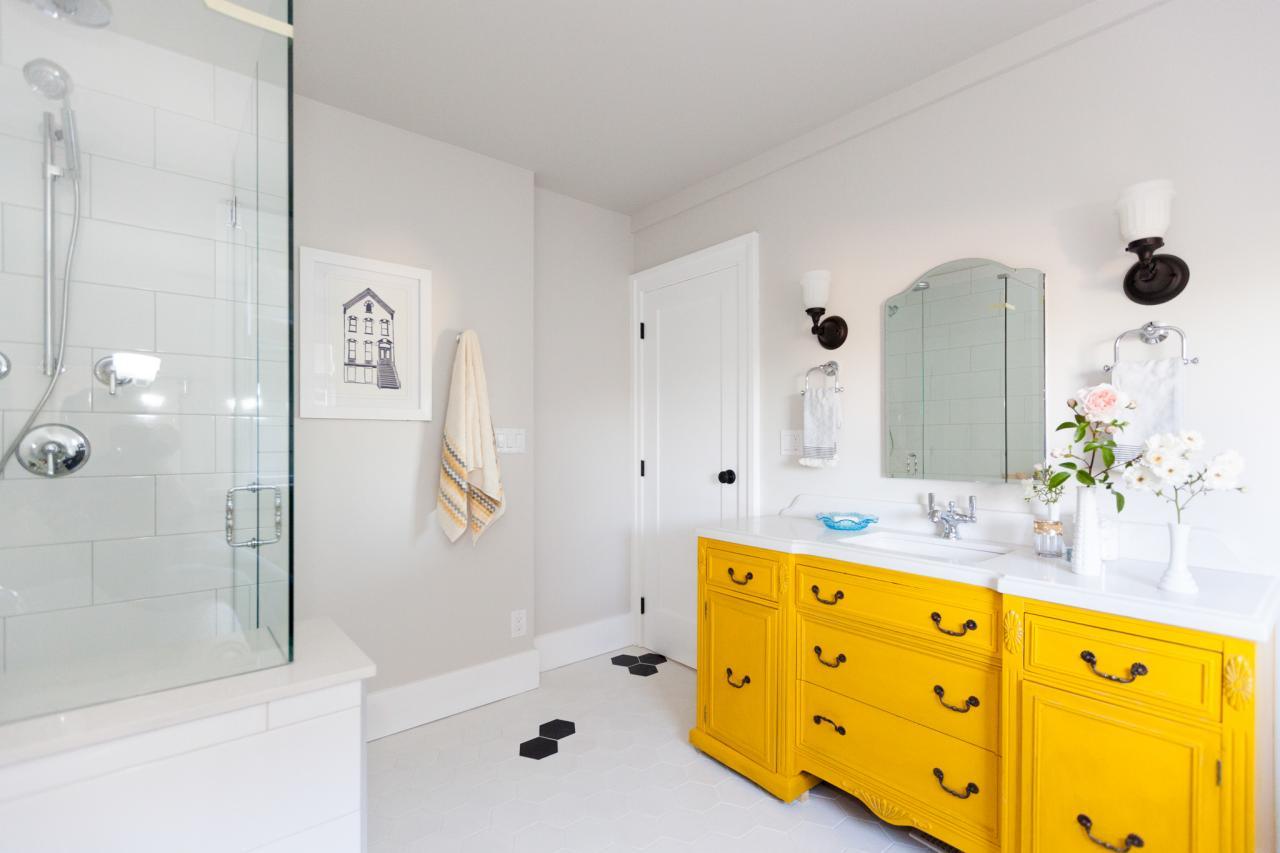 Trevligt gult badrum