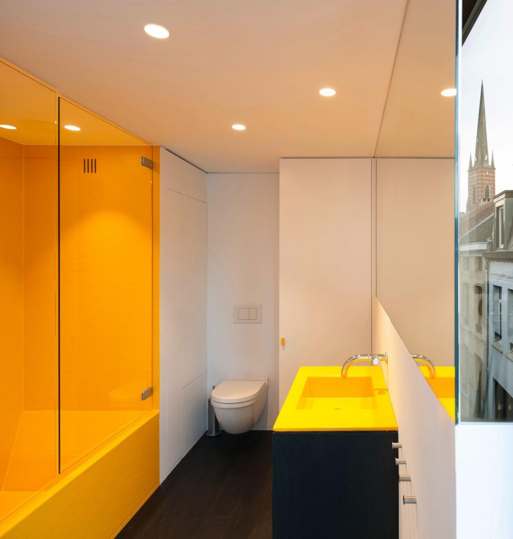 Minimalistiskt gult badrum