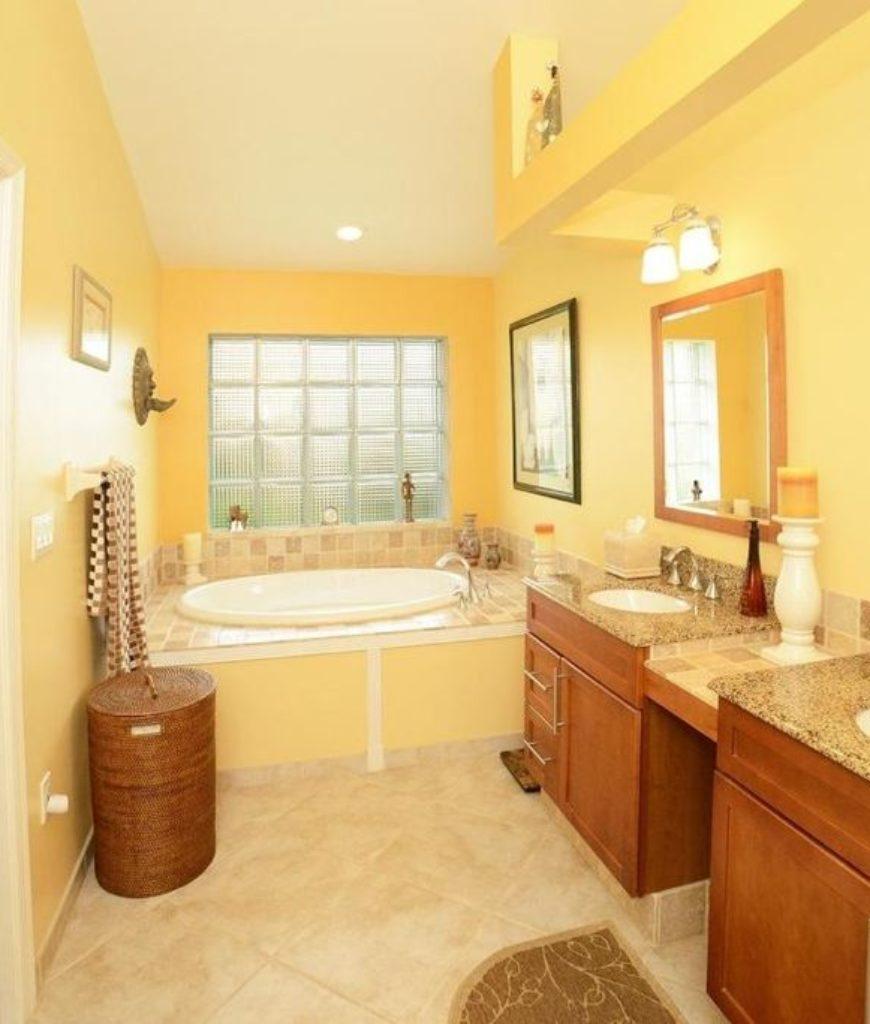 Solgult badrum