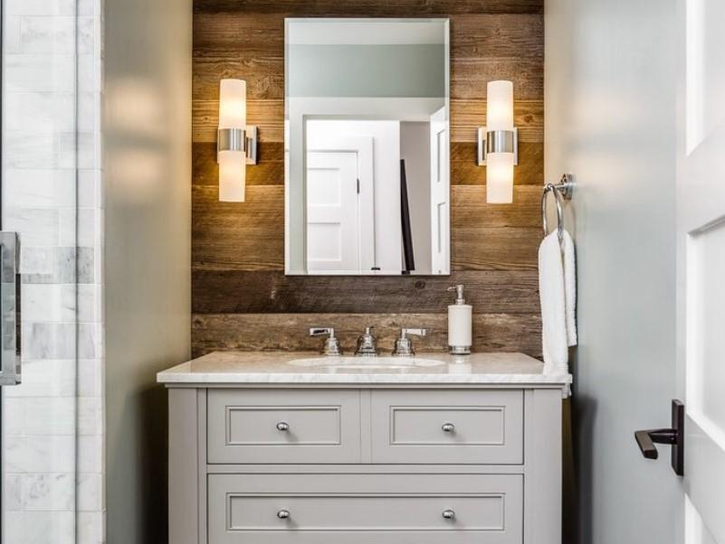 Plaskande rustikt badrum