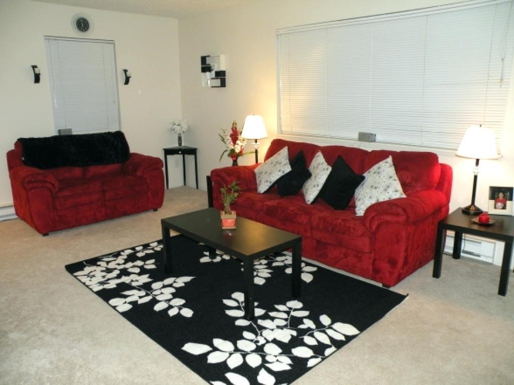 Vanligt rött och svart vardagsrum