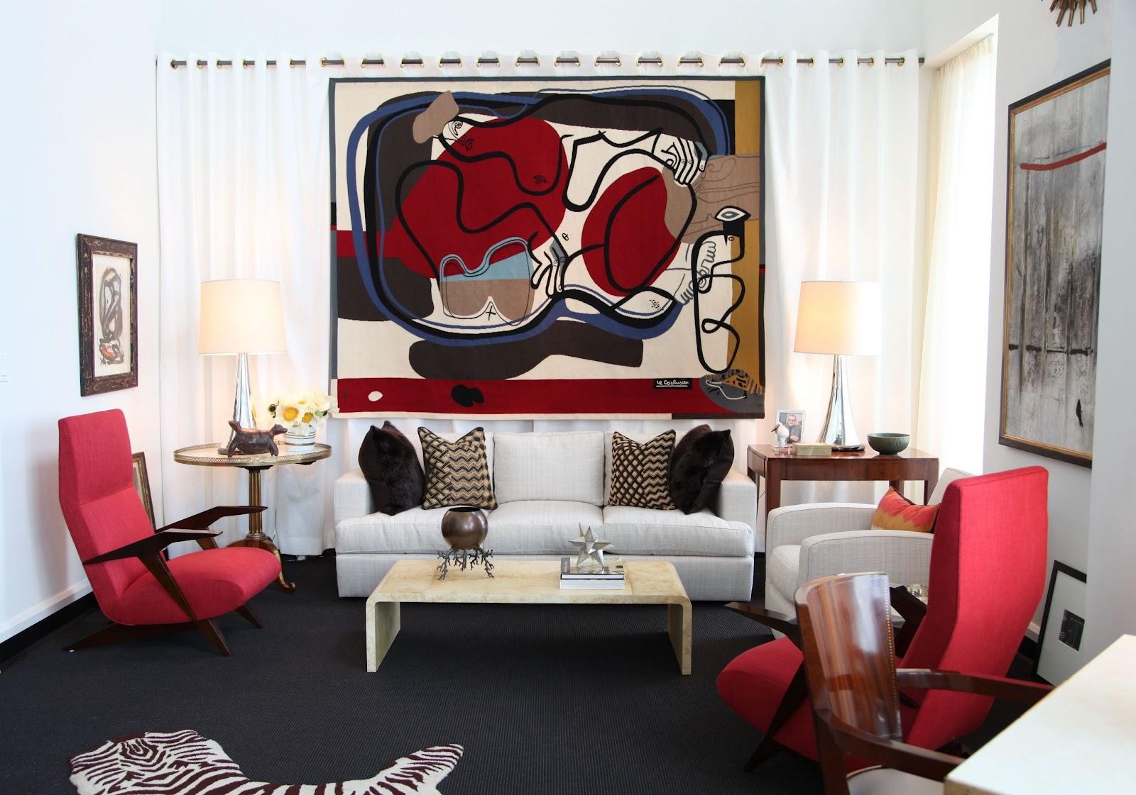 Smakfullt rött och svart vardagsrum